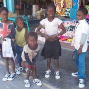 Kinderen hebben nieuwe schoenen gekregen